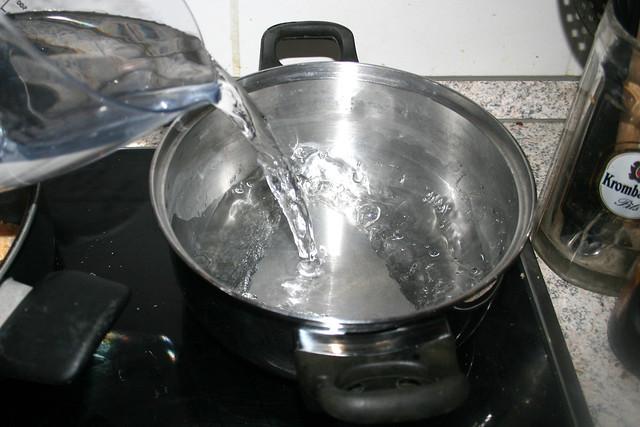 27 - Bring pot with water for rice to a boil /  Topf mit Wasser für Reis aufsetzen