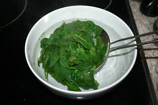 19 - Refresh blanched spinach in ice water / Blanchierten Spinat in Eiswasser abschrecken