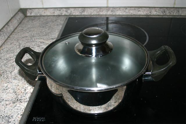 08 - Bring pot with water to a boil / Topf mit Wasser aufsetzen