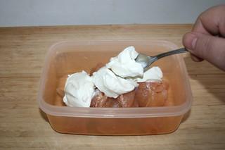 03 - Put chicken dices & yoghurt in bowl / Hähnchenwürfel & Joghurt in Schale geben