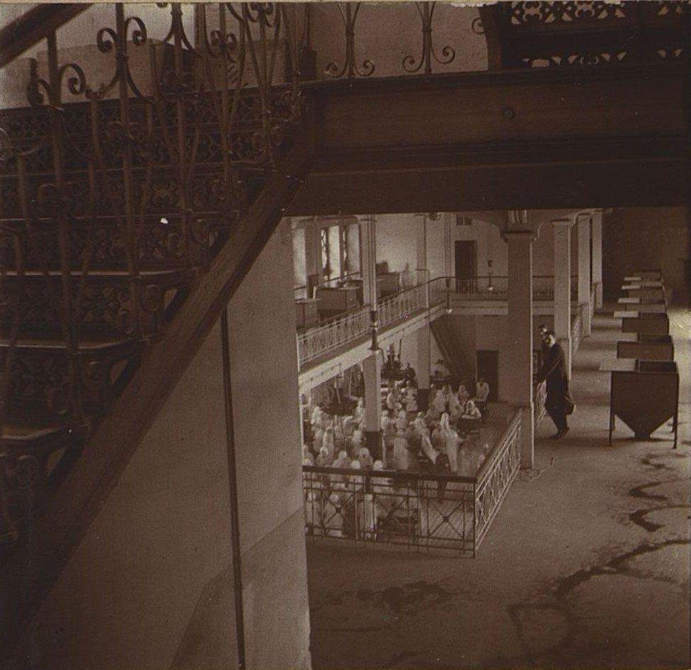 02. В одном из помещений Одесской чаеразвесочной фабрики В. Высоцкого и Ко.