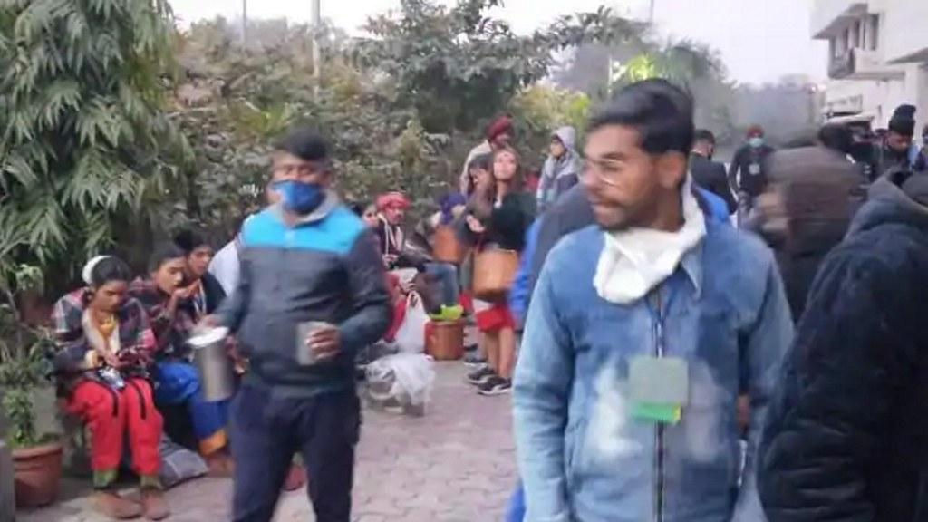 किसानों के बवाल में लाल किला में फंसे 250 बच्चे, पुलिस ने एस्कार्ट कर सुरक्षित निकाला