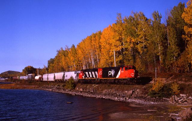 CN 9404 West train 337, Rocky Bay, Ontario; Oct 4, 1998_