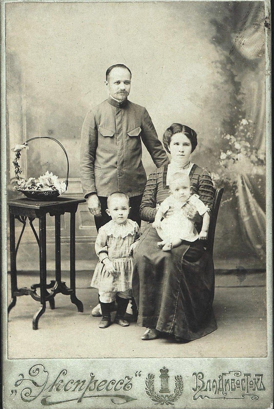 Черных Николай Алексеевич, токарь минных мастерских, с семьёй. 1911