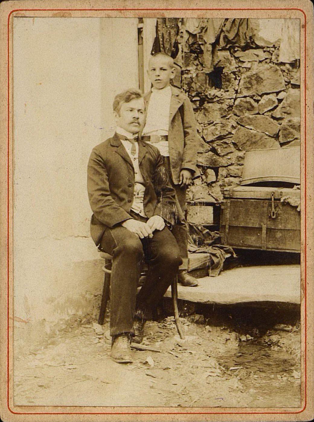 Топорков Владимир Дмитриевич, учитель двухклассного училища в селе Зеньковке Южно-Уссурийского уезда, с племянником. 1909