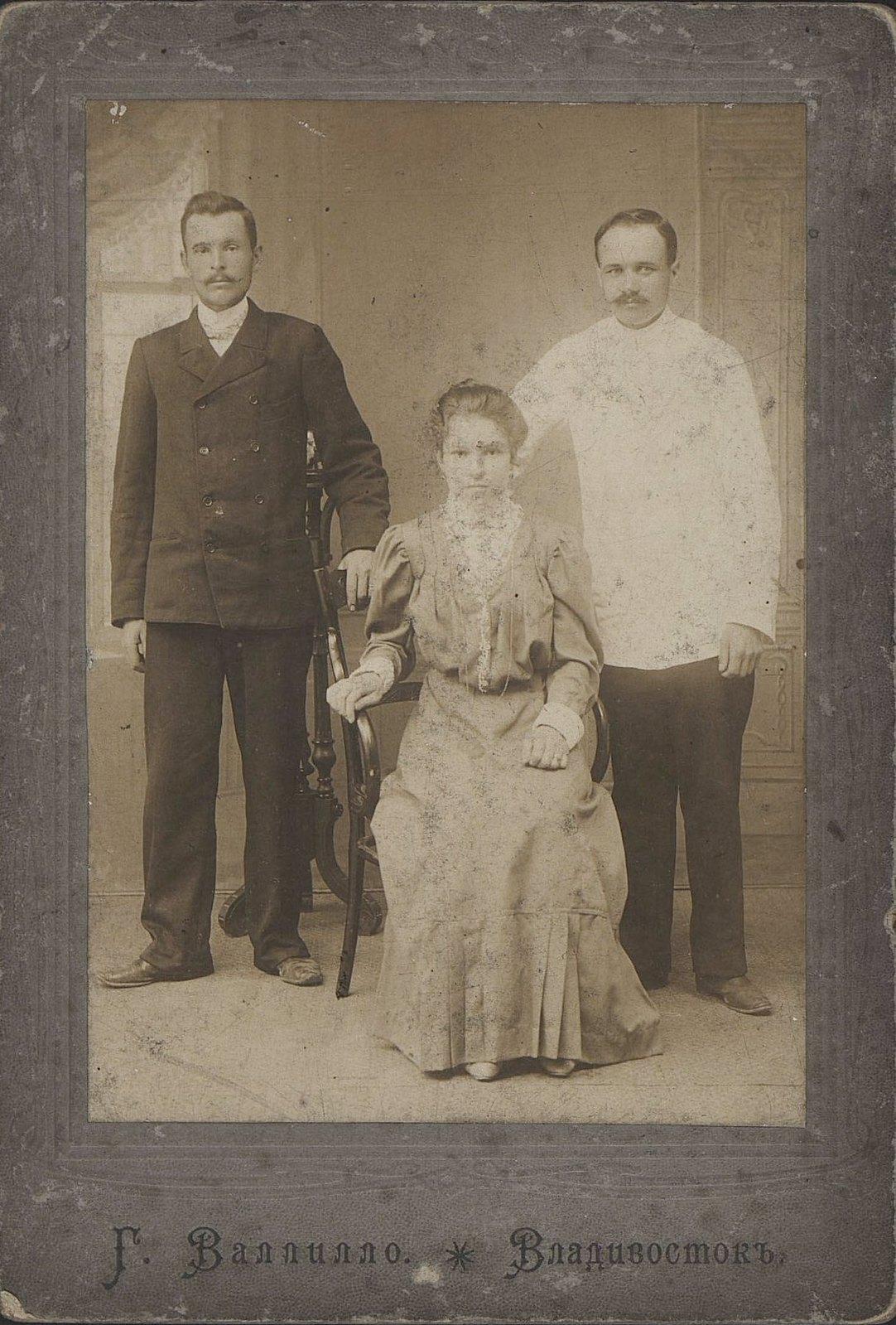 Супруги Рудых, Анастасия Алексеевна и Иосиф Елисеевич, с братом жены, Черныхом Николаем Алексеевичем. 23 июля 1906