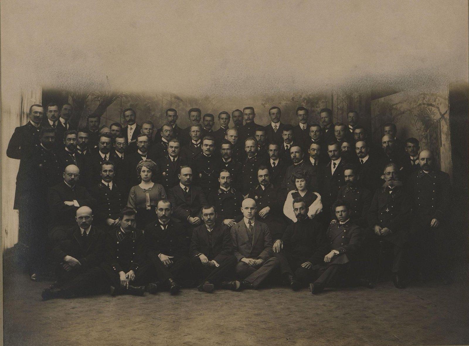 Служащие Приморского переселенческого управления. 1910