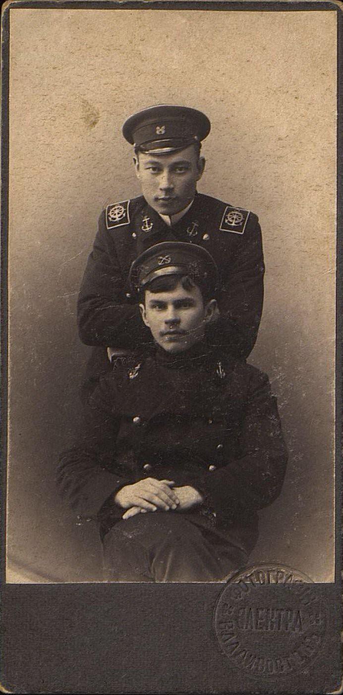 Симон Пётр Степанович и Пляскин Михаил Сергеевич, курсанты Училища дальнего плавания во Владивостоке. 1907