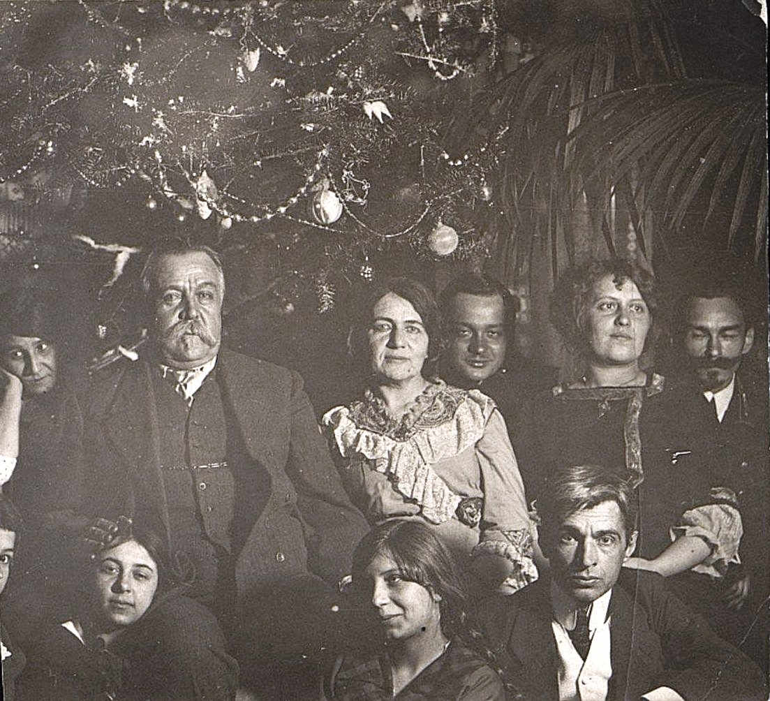 Ланковский, военный врач, с женой и друзьями, вскоре после возвращения из эмиграции. 1917