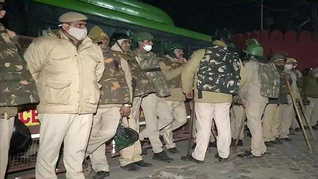 किसान आंदोलन हिंसा : संयम के साथ दिल्ली पुलिस ने दिनभर दिखाई गांधीगीरी