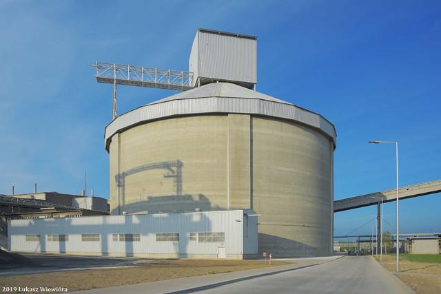 Cementownia Warta S.A., silos klinkieru cementowego.   Cement plant Cementownia Warta S.A., the clinker silo.