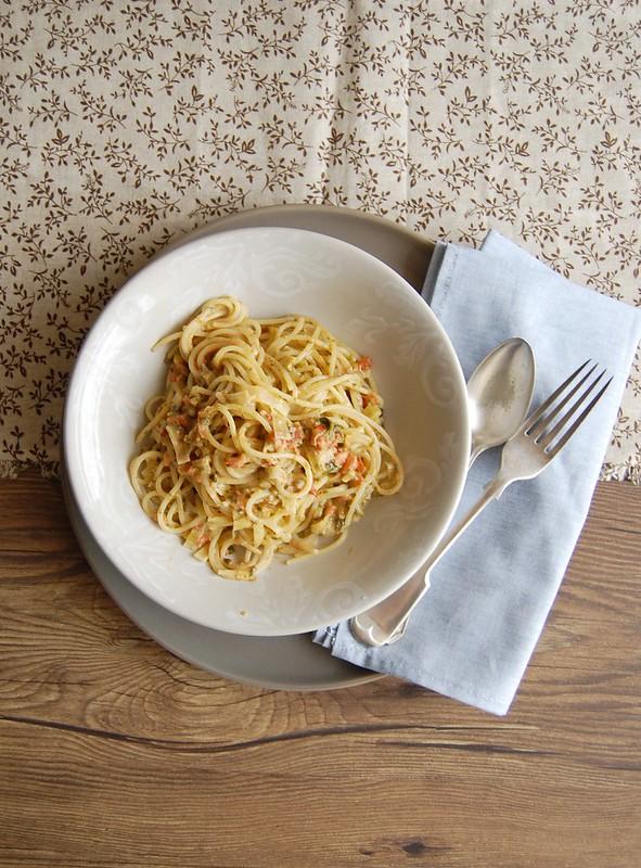 Macarrão com molho cremoso de tomate e espinafre