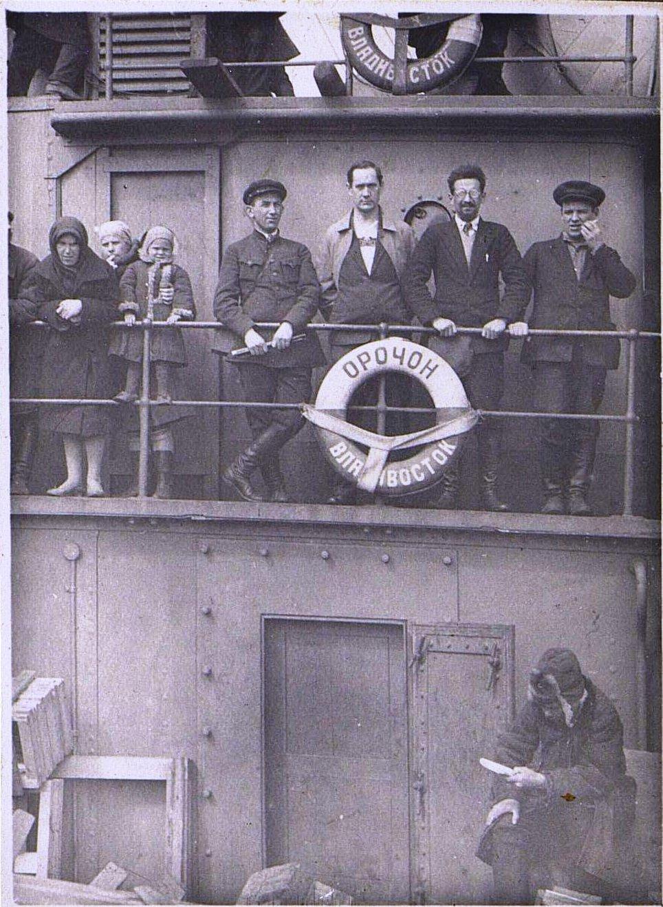 «Наша компания на мостике». Пароход «Орочон». Берзин А. П. 1931