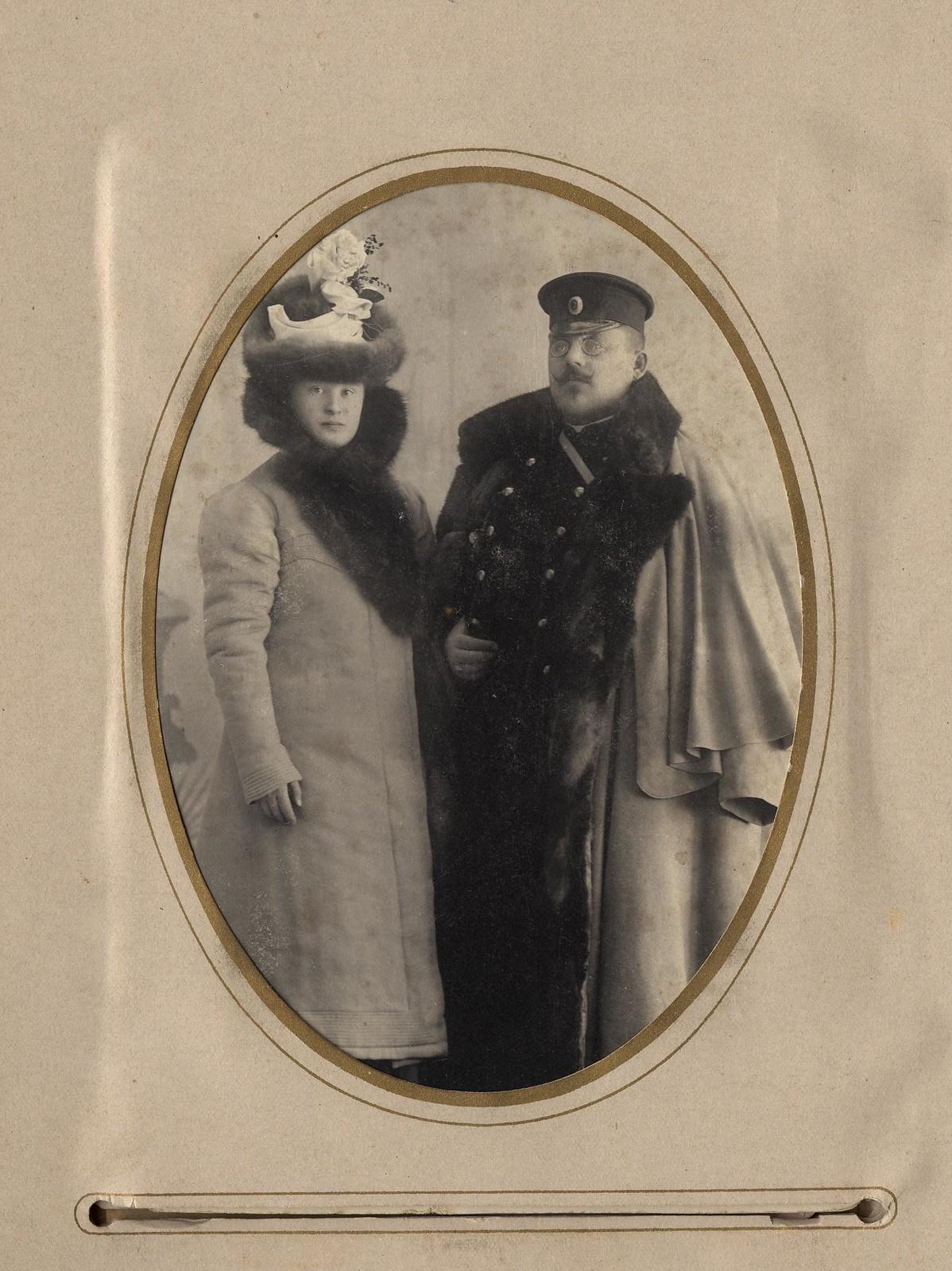 04. Брандмейстер А.Ф. Домишкевич в зимней форме пожарного (с женой)