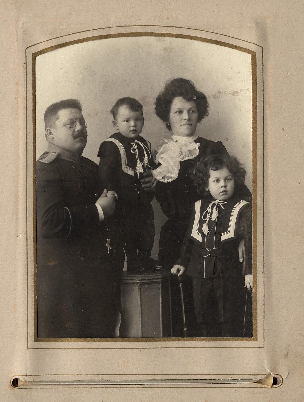 03. Брандмейстер А.Ф. Домишкевич в форме (с семьей)