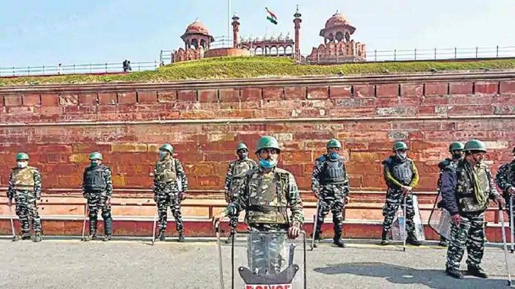 लाल किला से लेकर राजपथ तक अतिरिक्त बल तैनात, ड्रोन से रखी जा रही निगरानी