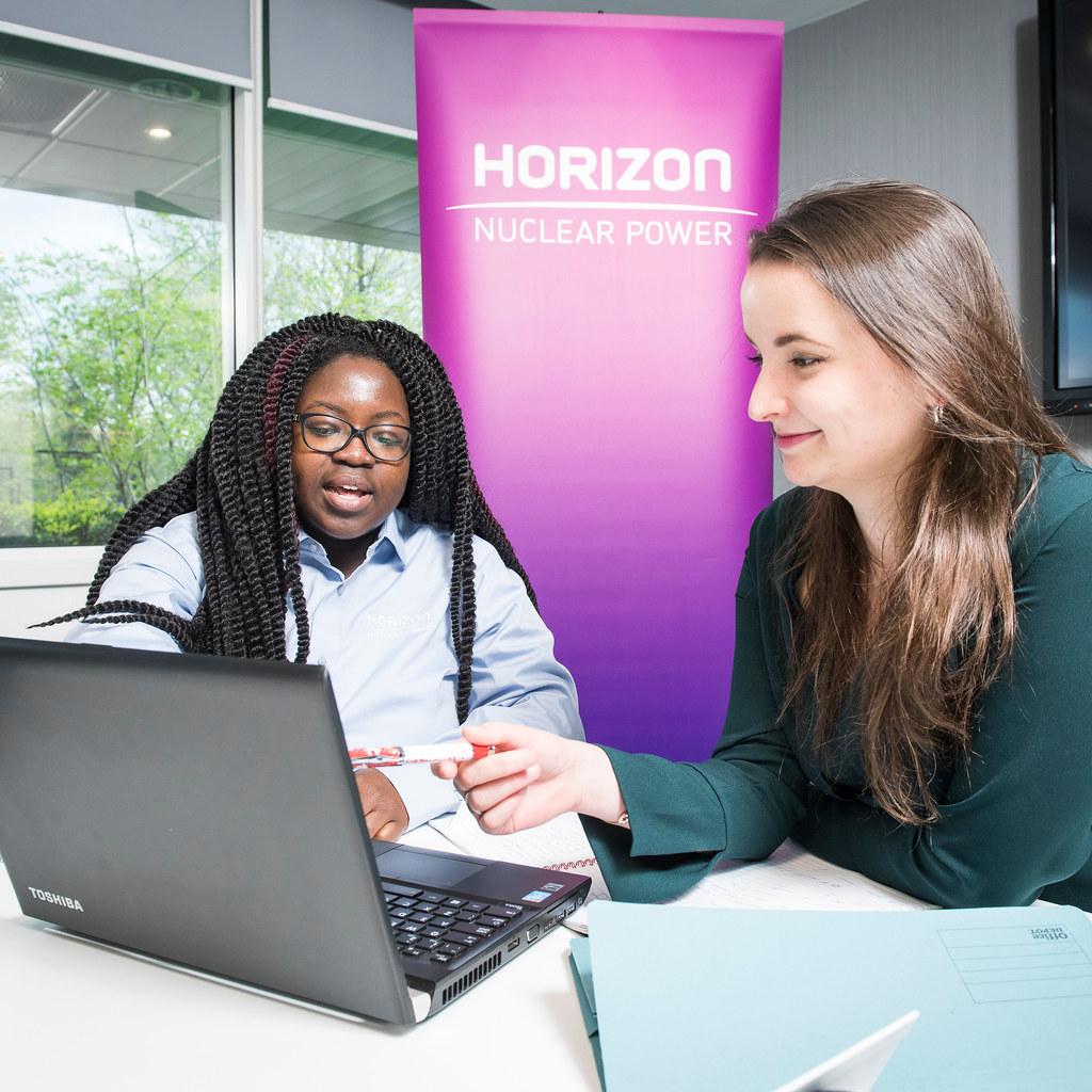 一个实习学生在和她的导师谈话