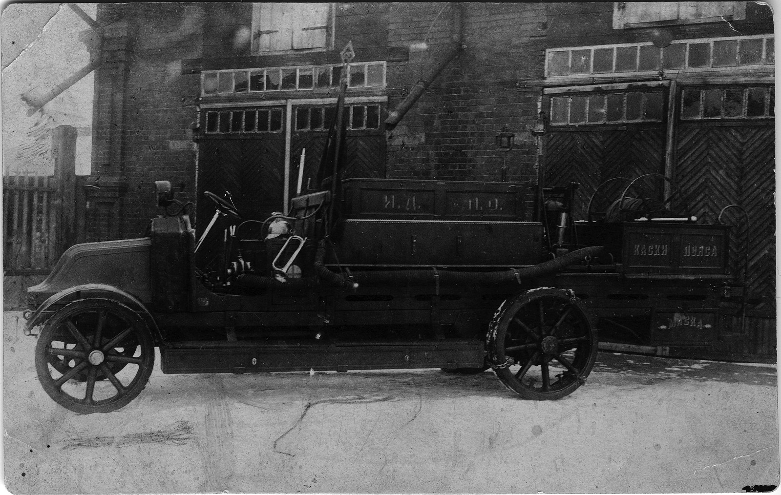 1924. Пожарный автомобиль Добровольного пожарного общества города Иркутска, оборудованный своими силами на шасси Рено