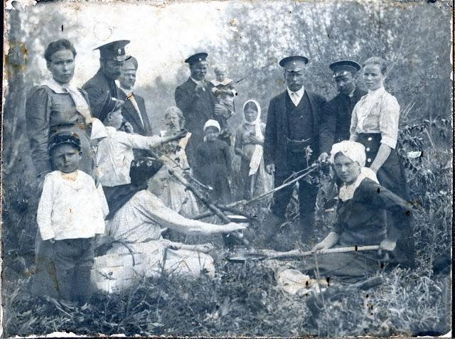 Ремонтные рабочие Забайкальской железной дороги ст. Паньковка на пикнике с женами и детьми, 1916 год
