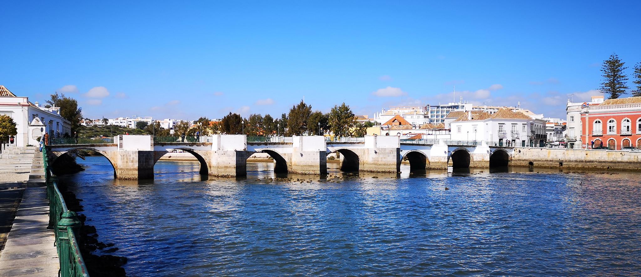 Río Gilao y Puente de Siete Arcos o Puente romano de Tavira Algarve Portugal