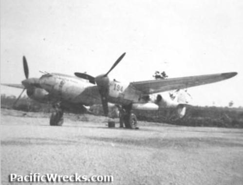 P-38 Lightning 194 van het 433rd FS geparkeerd op Mokmer Aerodrome