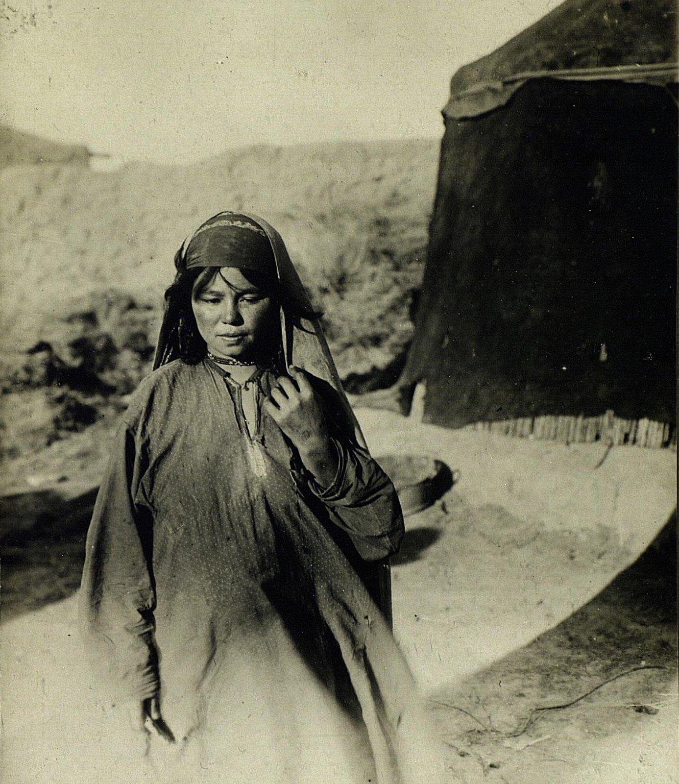 Молодая хазарейка в обычном костюме
