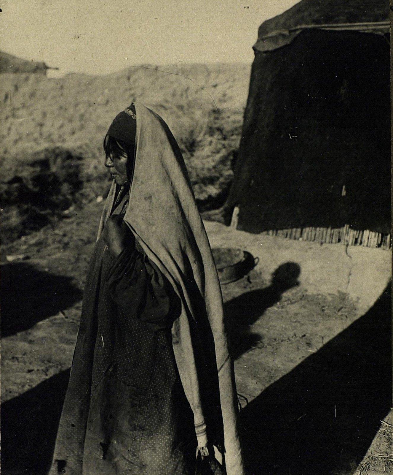 Молодая хазарейка в обычном костюме (профиль)