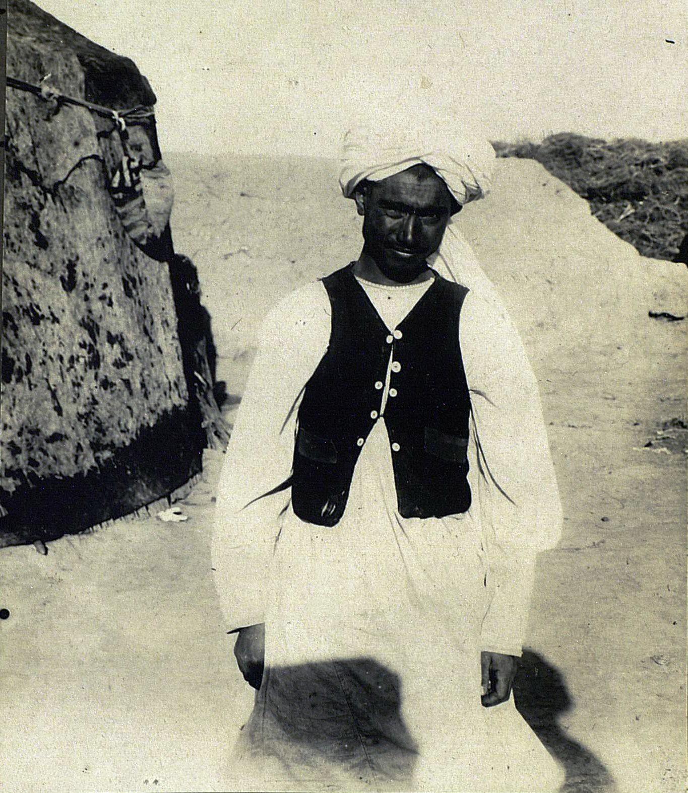 Хазареец средних лет в обычном костюме