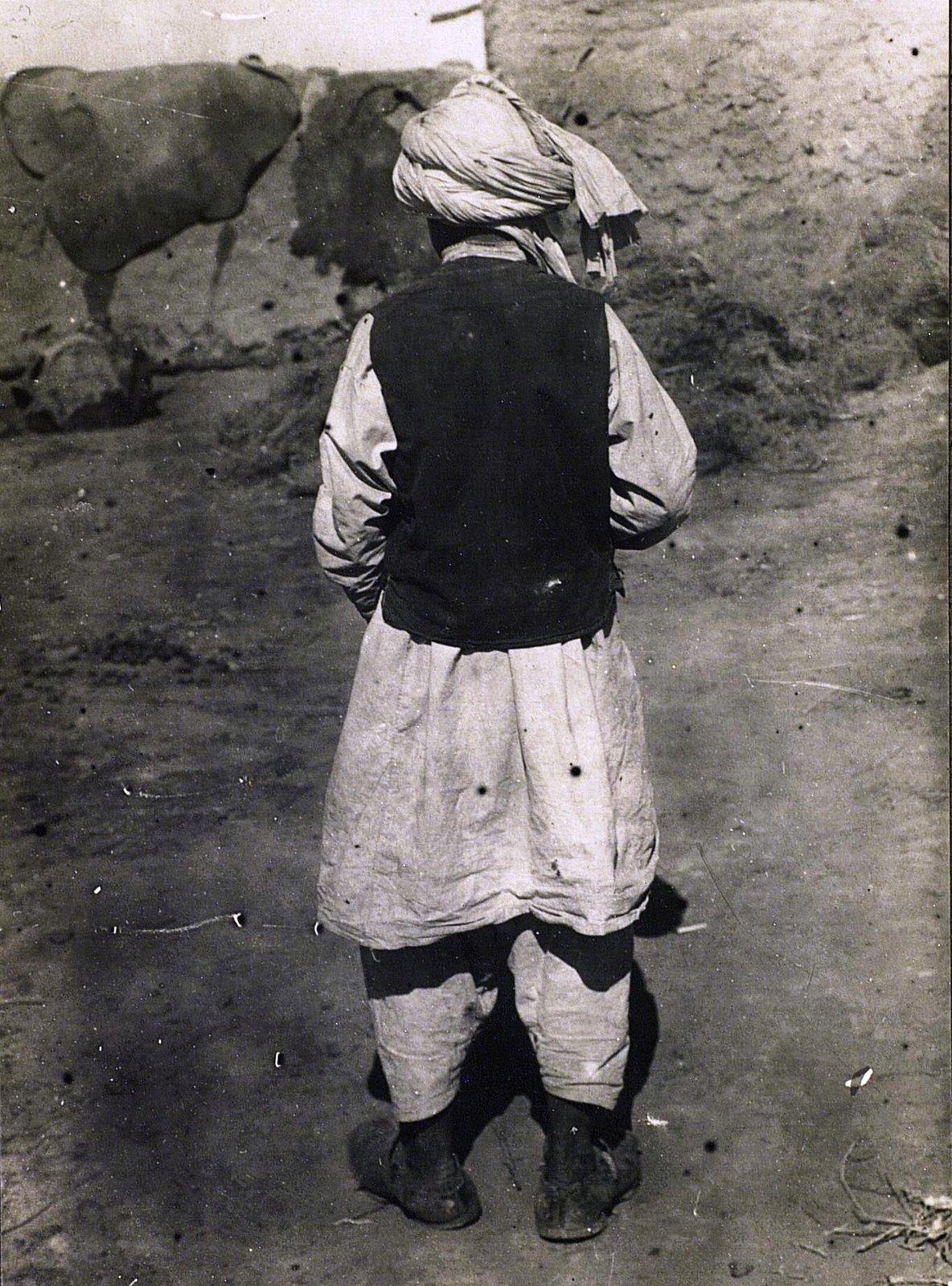 Подросток в повседневном костюме (вид сзади)