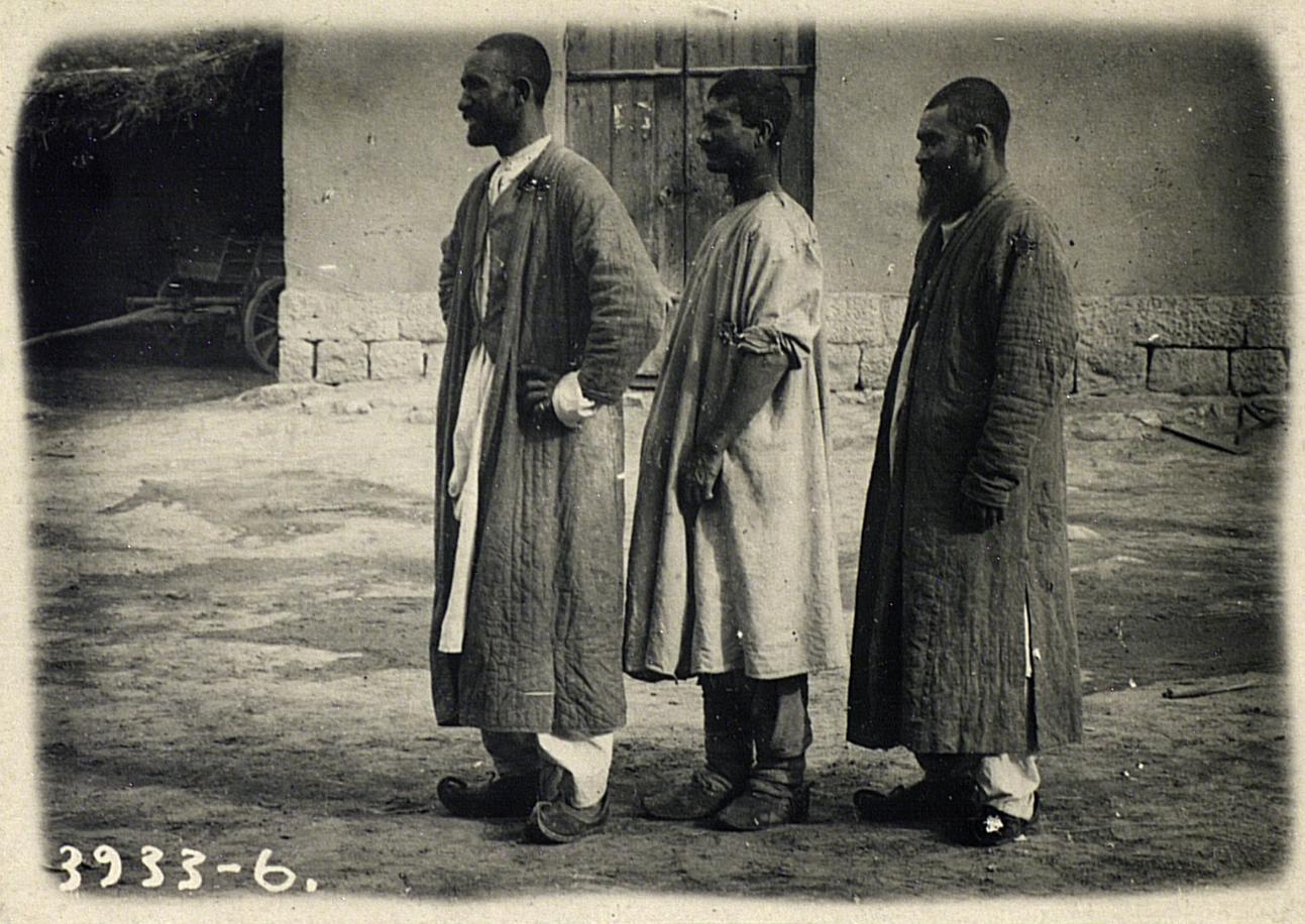 Контрабандисты-арестанты во дворе комендатуры