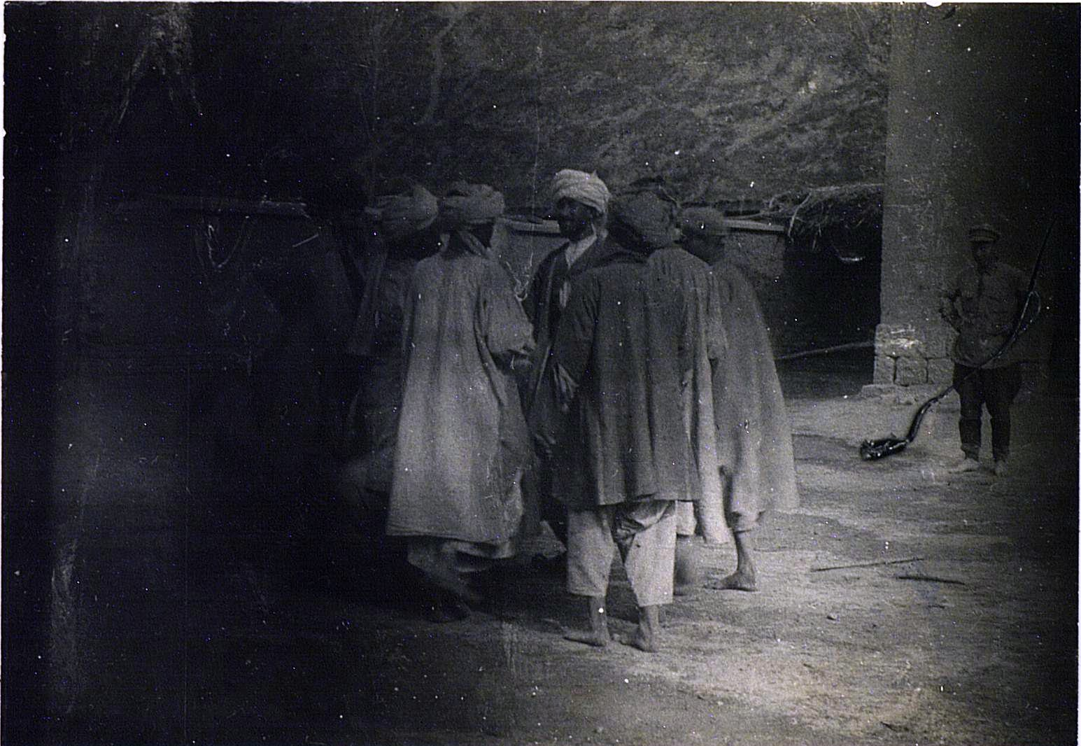 Контрабандисты, арестованные пограничной охраной, танцуют во дворе комендатуры. Второе па