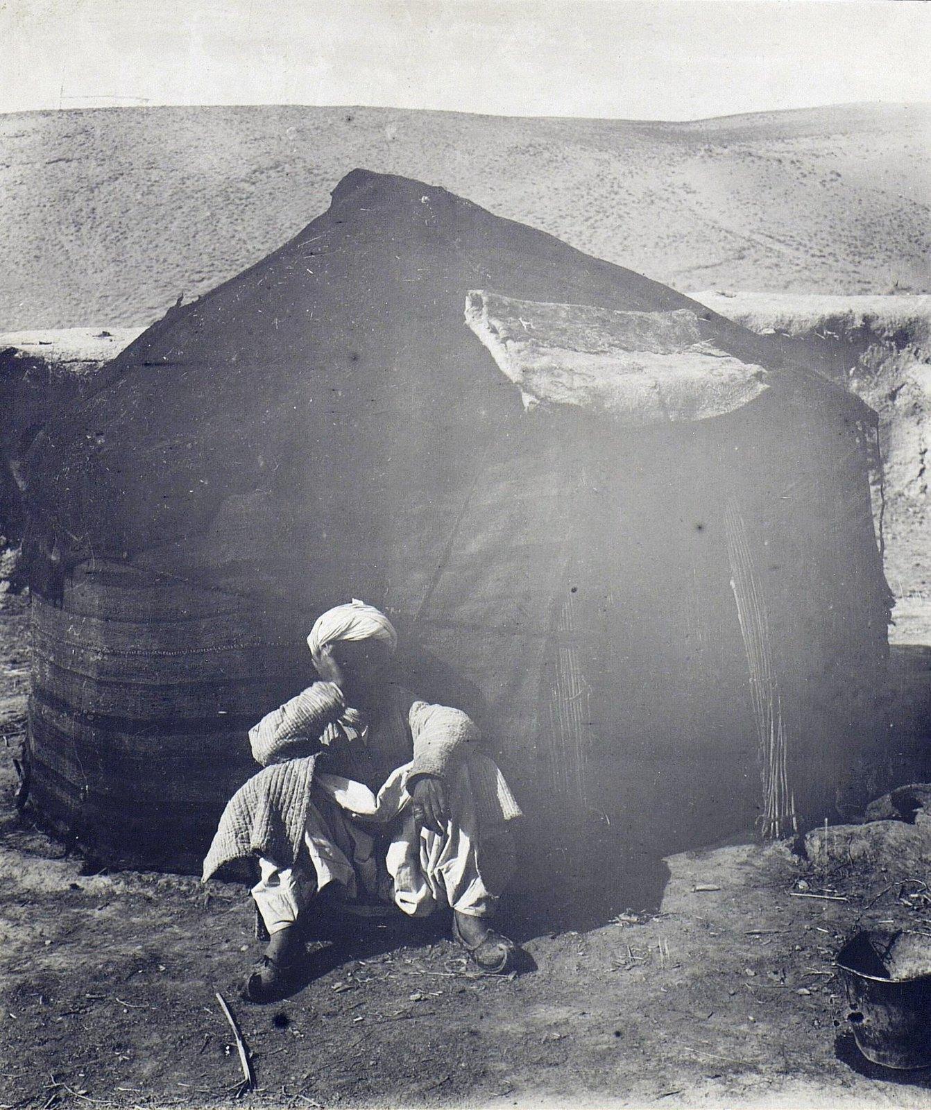 Хазареец у чсаппари. На ногах афганские туфли
