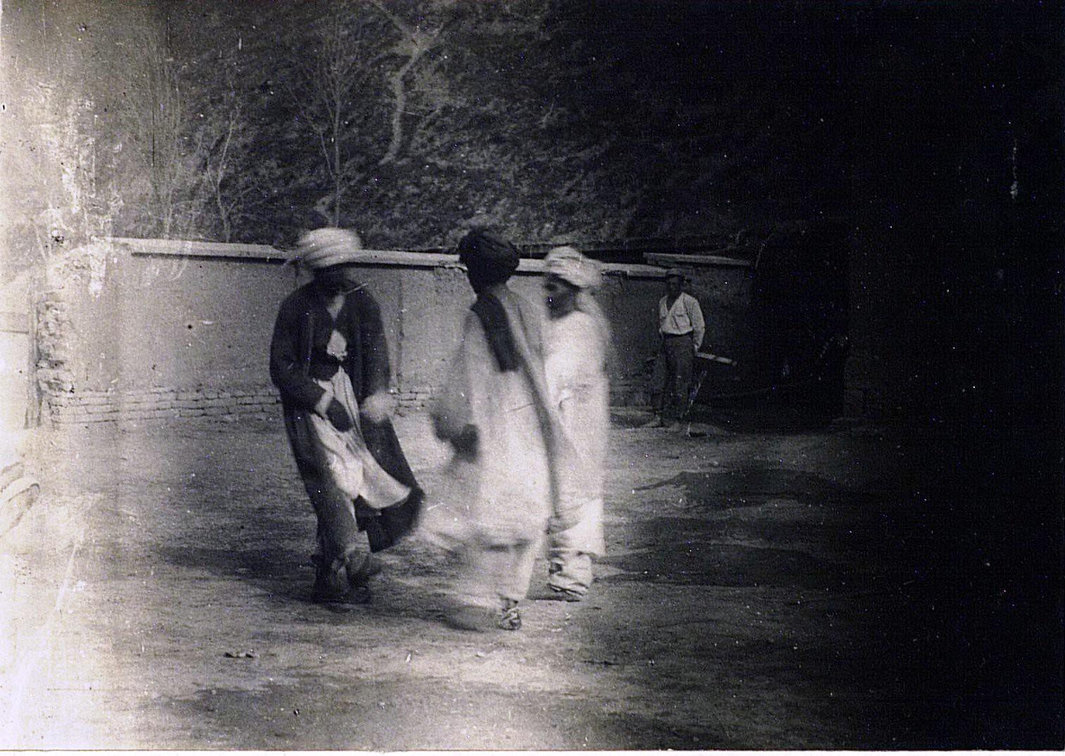 Контрабандисты, арестованные пограничной охраной, танцуют во дворе комендатуры. Одно из первых па