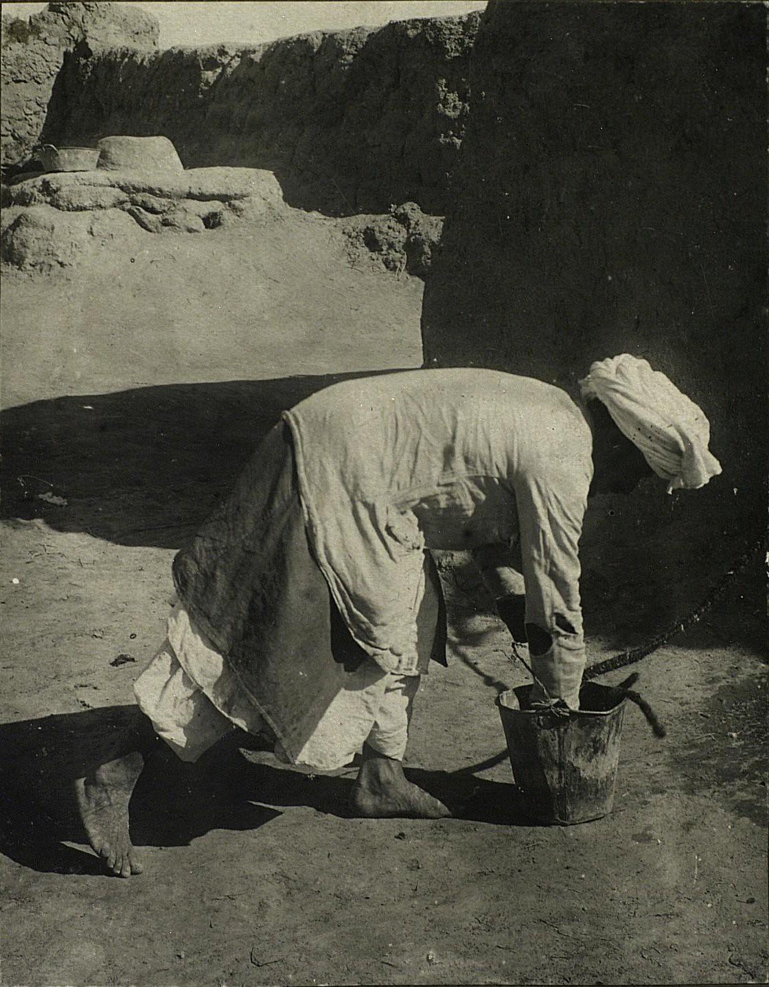 Витье шерстяной веревки. Смачивание водой