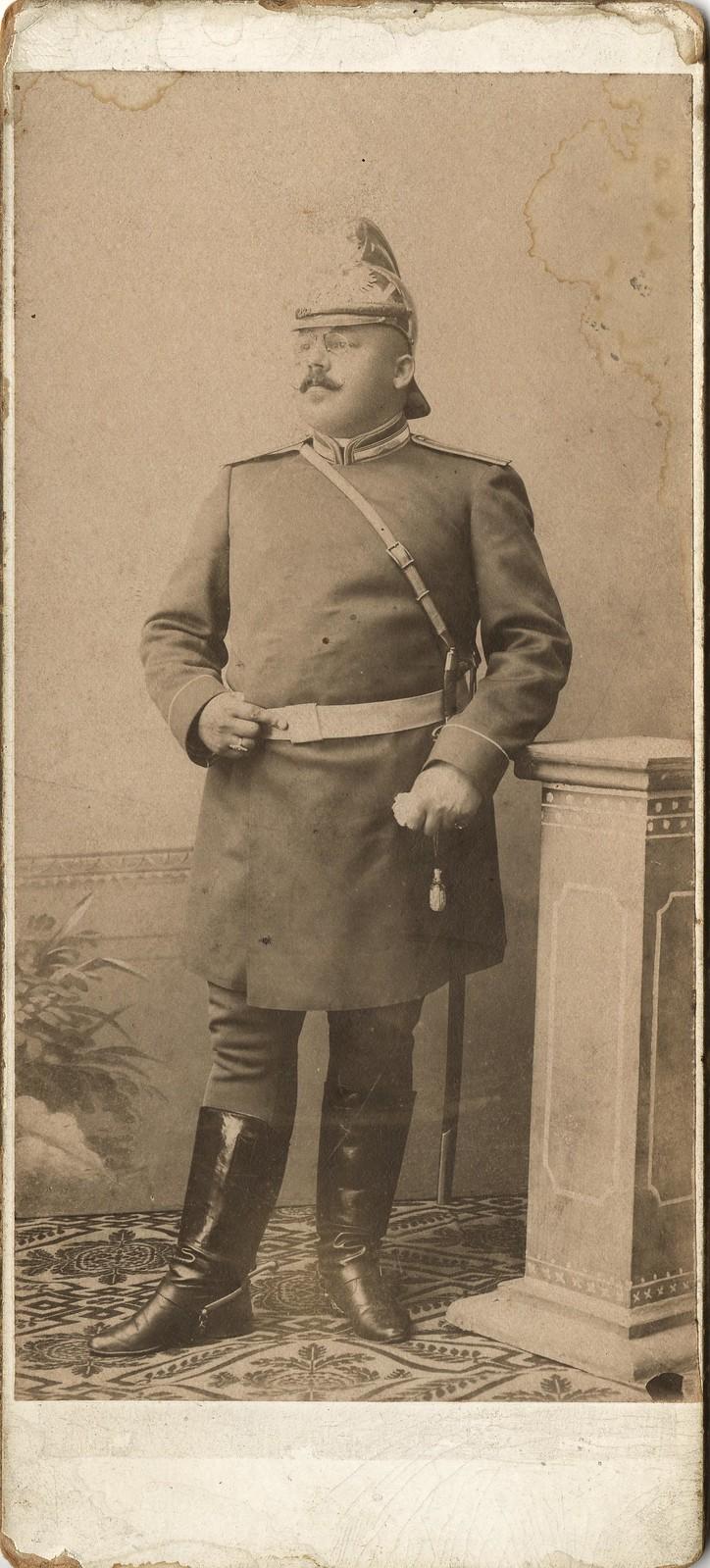 Брандмайор А.Ф. Домишкевич в форменной одежде при сабле и в каске