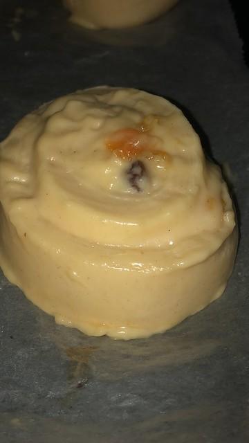 Caracolas de crema pastelera, pasas y naranja confitada