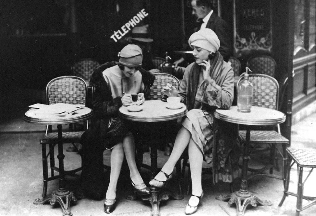 Hai ngừoi phụ nữ Pháp đang thưởng thức Espresso trên đường phố Paris vào khoảng năm 1920