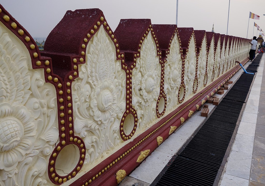 MYANMAR ,Burma , Naypyidaw die neue , ganz spezielle Hauptstadt, rund um die neue, gigantische Friedenspagode-Uppatasanti-Pagode, Brüstung auf der Plattform,  78166/13350