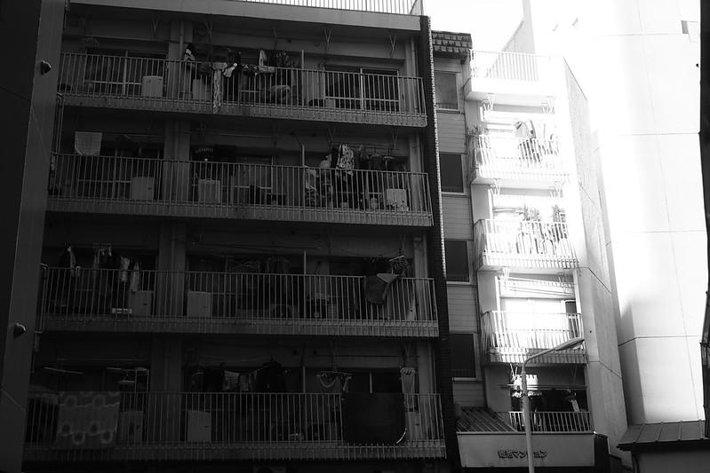 12Sony α7Ⅱ+TAMRON 28 200mm f2 8 5 6 RXD+Black Mist東池袋路地のマンション