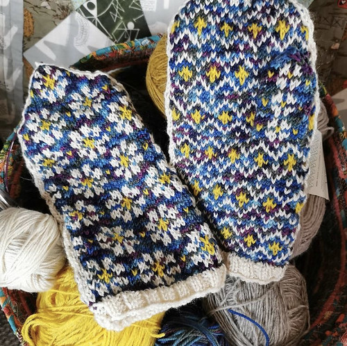 Aren't these Spring Mittens by AmandacSund (free on Ravelry) the prettiest mittens? These were knit by Paulette (@psknitting) using yarn stash!