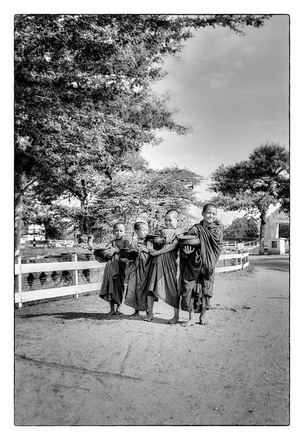 Jeunes moines sur la route de Meiktila