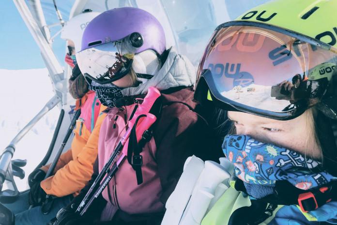 Komentář: Je rizikem lyžovat nebo nosit červený svetr?