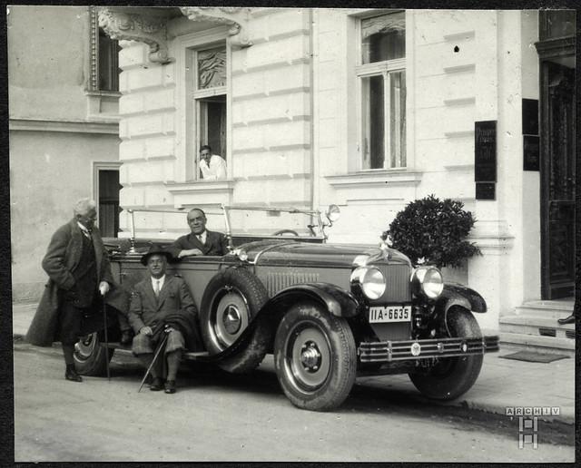 ArchivTappen2AAl2d613 Automobil am Prager Haus, Fotoalbum, 1900-1930er