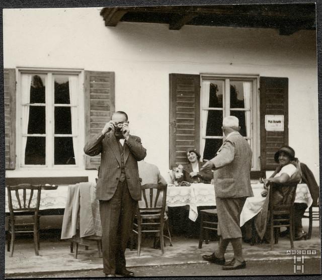 ArchivTappen2AAl2d619 Pause mit Mai-Bowle, Fotoalbum, 1900-1930er