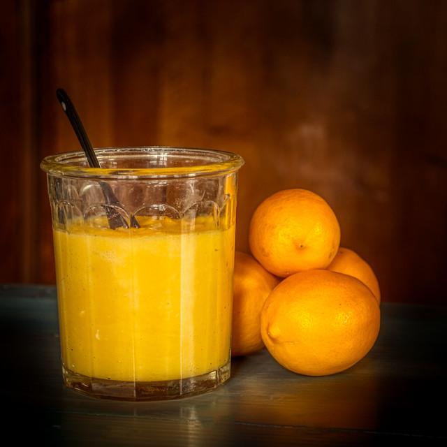 Lemon Curd fait maison avec les citrons du jardin intérieur.