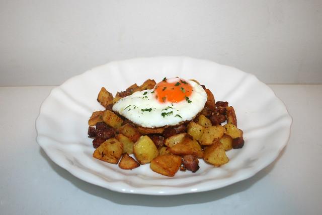 12 - Fried potatoes with bacon & fried egg - Side view / Bratkartoffeln mit Speck & Spiegelei - Seitenansicht