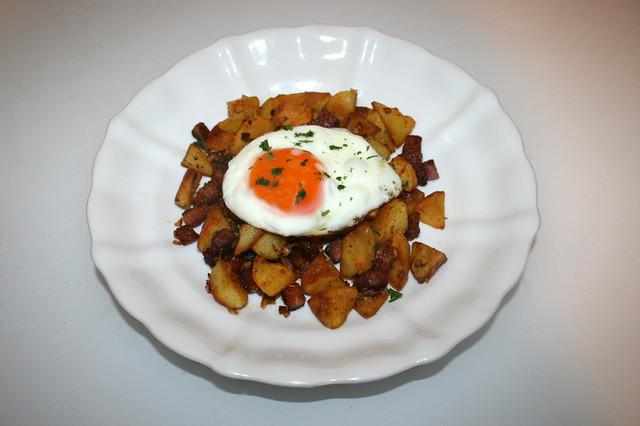 11 - Fried potatoes with bacon & fried egg - Served / Bratkartoffeln mit Speck & Spiegelei - Serviert