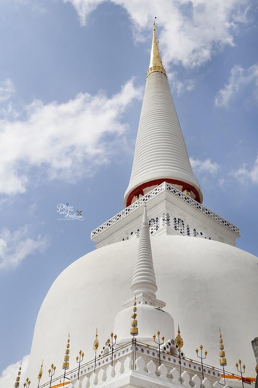 Wat Phra Mahathat white stupa