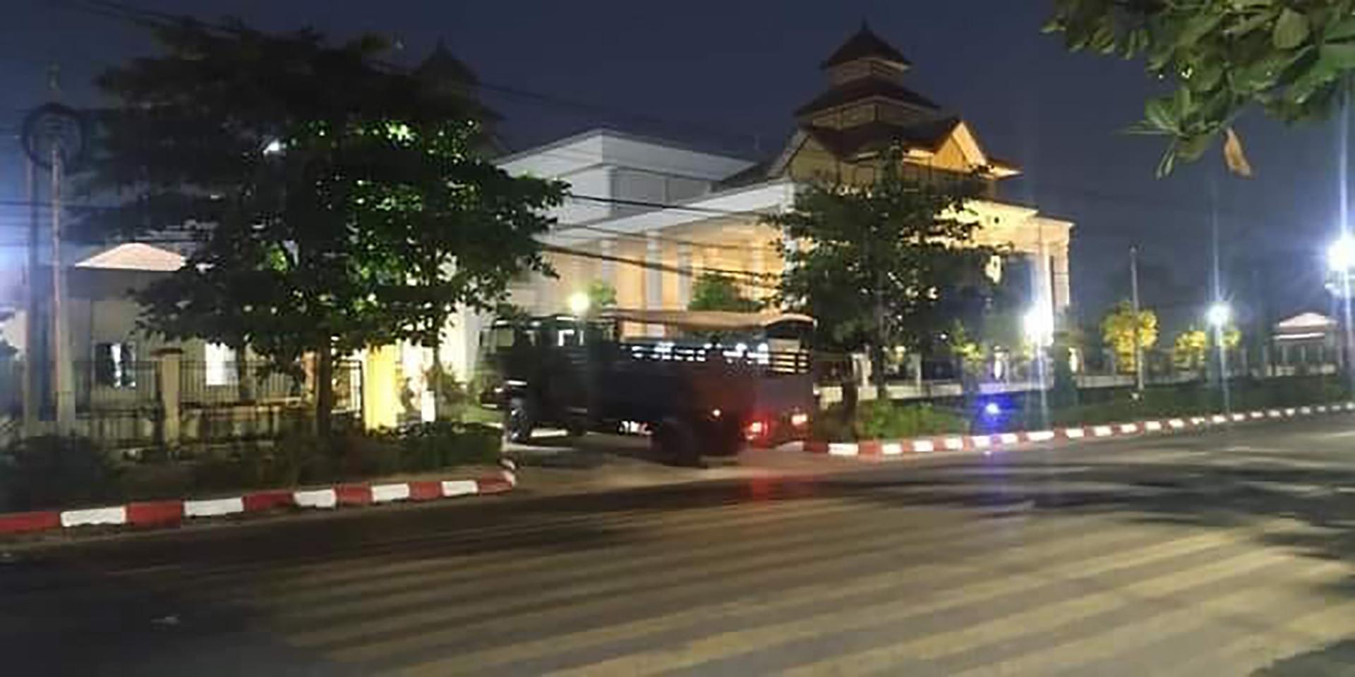 ภาพกองทัพพม่าบุกยึดที่ว่าการภาคพะโค ที่เมืองพะโคหรือหงสาวดีเช้านี้ รวมทั้งควบคุมตัวผู้ว่าการภาคพะโคและแกนนำรัฐบาลท้องถิ่น (ที่มา: DVB)