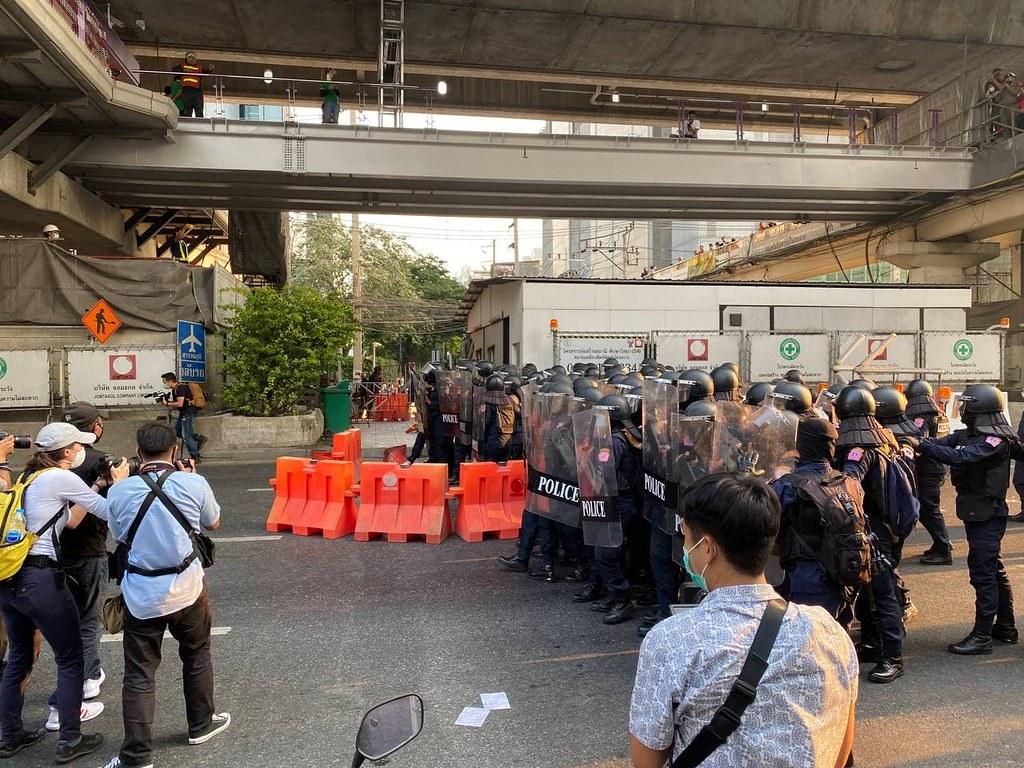 ตำรวจสลายการชุมนุมที่หน้าสถานทูตพม่า